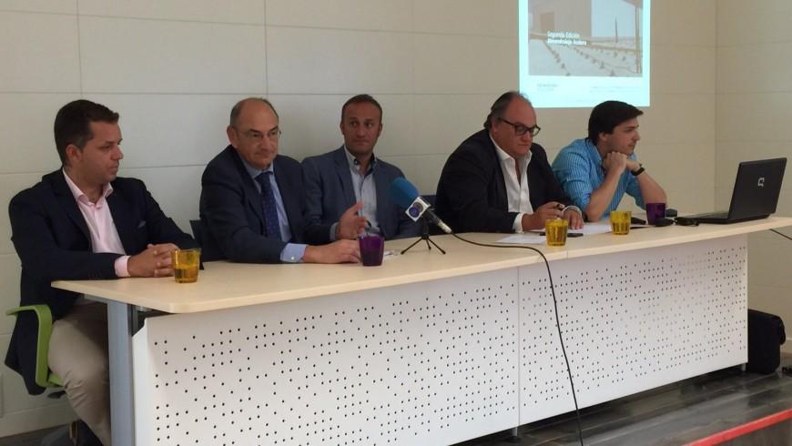 De izquierda a derecha: El Concejal de Economía, el director regional de Ibercaja, el Alcalde, el presidente de la cama de comercio y